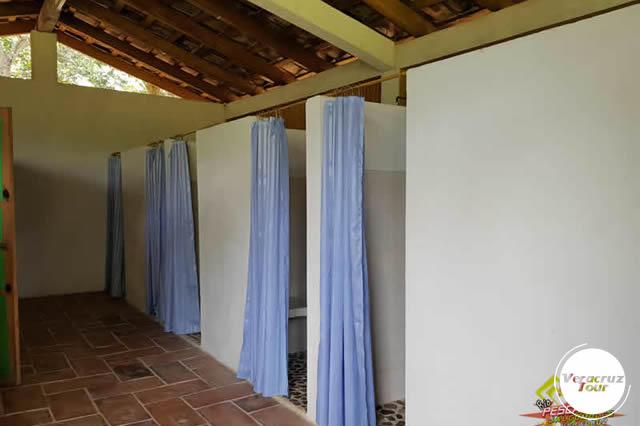 Interior de los baños y vestidores campamento Río Pescados, Jalcomulco Veracruz